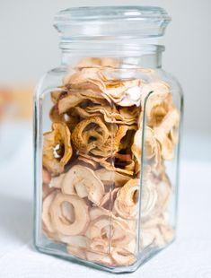 Runsaan omenasadon saa säilöön, kun omenat leikkaa renkaiksi ja kuivaa. Kuivatut omenat maistuvat sellaisenaan tai vaikka…
