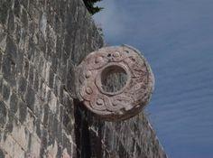 Anel do campo de bola mesoamericano de Chichén Itzá. México. Uma bola de  borracha ba773687324cc