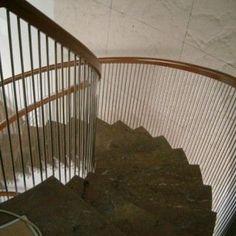 צילום מלמעלה: מדרגות שיש בשילוב מעקה נירוסטה ועץ