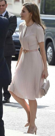 Queen Letizia attends the annual meeting with the Royal Spanish Academy with a soft and romantic look thanks to a new Hugo Boss dress, 225 euros. Office Fashion, Work Fashion, Modest Fashion, Fashion Dresses, Indie Fashion, Womens Fashion Outfits, Skirt Fashion, Classy Fashion, Fashion Clothes