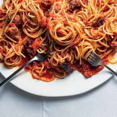 Watch: Easy, butter-roasted tomato-and-sausage spaghetti Roasted Tomato Sauce, Roasted Tomatoes, Easy Sausage Recipes, Pasta Recipes, Mushroom Cream Sauces, Sausage Spaghetti, Food Tasting, Italian Pasta, Cooking Instructions