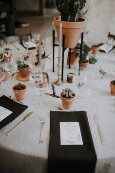Tiny potted plant seating placards | Image by Linda Lauva Photography