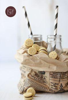 Mini galletas rellenas de chocolate.