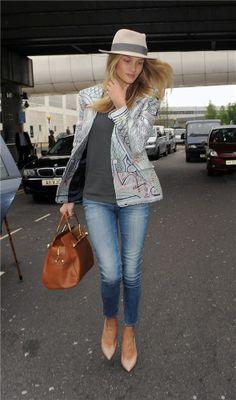 Rosie Huntington con su 'look aeropuerto Rosie Huntington escoge el estilo étnico para uno de sus looks de aeropuerto.