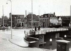 Vanaf de Weerdsingel OZ zien we de Asch van Wijckskade. De brug is uit 1940. Gezien de vuilnisauto dd. begin jaren 40
