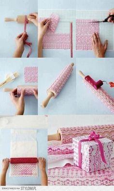 För vackert papperstryck kan man använda en kavel och plastspets. Mät ut omkretsen på kaveln. Klipp till en bit som har samma yta och limma fast. Rolla på färg och kavla. Bildlänk