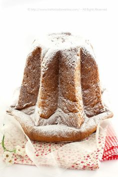 PANDORO~ The star shaped yeast cake, dusted with confectioner's sugar is traditional at Christmas in the Veneto region of Italy. ~ Pandoro a lievitazione naturale di Rolando Morandin - Trattoria da Martina - cucina tradizionale, regionale ed etnica Christmas Desserts, Christmas Baking, Xmas Food, Italian Christmas Cake, Christmas Entertaining, Cake Bars, Cake Servings, Piece Of Cakes, Food Festival