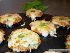 De aubergine in deze heerlijke aubergine pizza's wordt gegrild, zo krijgt de aubergine geen kans om vocht uit andere ingrediënten te slurpen.