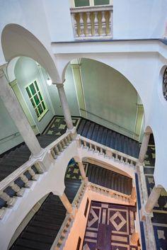 ll palazzo Centurione Durazzo Pallavicini, appartenente ai più prestigiosi palazzi dei Rolli, sorge nel cuore del centro storico, in Via Lomellini 8, in adiacenza all'oratorio ed alla chiesa di San Filippo.