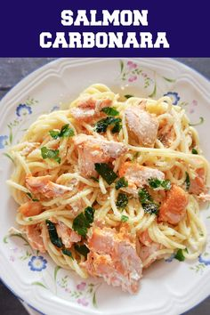 Salmon Pasta Carbonara, a quick and easy midweek recipe that is ready in 15 minutes. You only need a few simple ingredients to make a spectacular dinner. Why not a dinner date for Valentine's Day? You can either bake or pan-fry the fresh salmon, or even used smoked salmon, the result is the same spectacular dish that is better than at any expensive restaurant. Salmon Pasta Bake, Salmon Pasta Recipes, Smoked Salmon Pasta, Fish Pasta, Pasta Dinner Recipes, Yummy Pasta Recipes, Fish Recipes, Lunch Recipes, Cabonara Recipes