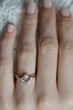 La liste est pour 2 anneaux - tour solitaire dimamond ring et de la bande de V correspondante. Bague diamant rond de taille peut être faite également