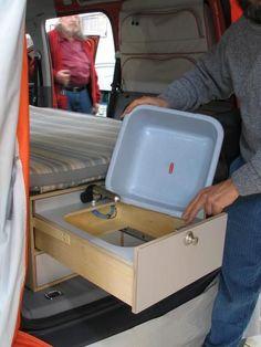 VW Caddy Campingküche Die Spüle lässt sich leicht heraus nehmen. So ist es leicht diese am Campingplatz zu den Wasseranlagen zum reinigen mit zu nehmen.