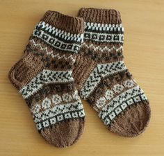 Pia Tuonosen neuleblogi: Värejä pojalle Crochet Socks, Knitting Socks, Knit Crochet, Knitting For Kids, Knitting Projects, Baby Knitting, Winter Socks, Warm Socks, Knitting Charts