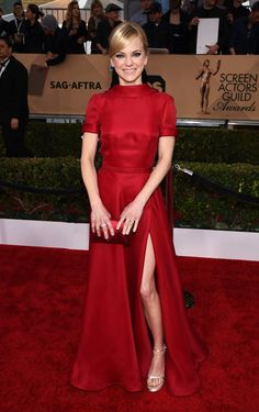 Anna Faris & Ellie Kemper Step Out for SAG Awards Photo Anna Faris is radiant in red while hitting the carpet at the 2016 Screen Actors Guild Awards held at the Shrine Auditorium on Saturday (January in Los Angeles. Anna Faris, Liz And Liz, Tv Moms, Award Show Dresses, Ellie Kemper, Elie Saab Couture, Sag Awards, Red Gowns, Celebrity Look