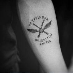 Tatouage Harry Potter quidditch Bestie Tattoo, Hp Tattoo, Compass Tattoo, Tattoo Quotes, Tattoo Small, Tattoo Flash, Nerdy Tattoos, Disney Tattoos, Mini Tattoos