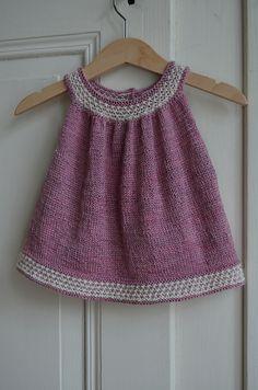 Buttercup Dress wird nahtlos in einem Stück von oben nach unten gestrickt. Strickt man den unteren Teil etwas kürzer so bekommt man ein süßes Top.