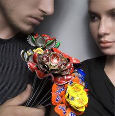 Bottle caps in bloom - gosto da ideia dos materiais improvaveis...