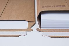 Dostępna na www.iposto.com - tekturowa koperta Iposto to wyjątkowe opakowanie wysyłkowe. Koperta i pudełko w jednym. Dzięki bocznemu bigowaniu koperta rozszerza się o 48 mm umożliwiając umieszczenie grubych plików dokumentów, broszur czy książek w twardej oprawie, nie narażając koperty na przebicie lub rozerwanie w trakcie transportu czy innych operacji logistycznych.