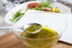 Diese einfache Kräuter-Vinaigrette passt zu verschiedenen Salaten und kann bis zu 2 Wochen im Kühlschrank gelagert werden.