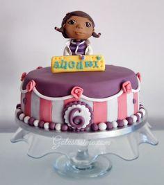 Torta pasta di zucchero dottoressa Peluche 3 strati di torta al cioccolato farcita con golosa crema al cioccolato fondente. Decorata a mano in pasta di zucchero con la dottoressa più amata da tutti i bambini, la dottoressa Peluche. By Golosissime  #cake, #cakedesign, #chocolatecake, #torta, #birthday,#birthdaycake, #docmcstuffins, #dottoressapeluche, #torteinpastadizucchero, #cakedesignitalia, #dolcefardolci