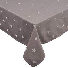 Wie über den dunklen Nachthimmel verteilen sich die hellen Sterne auf der edlen Silent Night-Tischwäsche aus reiner Baumwolle. Die Serie umfasst Tischdecken in verschiedenen Größen und eine passende Stoffserviette. Außerdem sind Tischläufer und Servietten mit Baum-Motiv erhältlich.