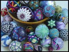 Love these ornaments.   http://omiyageblogs.blogspot.com/2010/10/diy-inspiration-japanese-temari.html