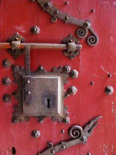 ♅ Detailed Doors to Drool Over ♅ art photographs of door knockers, hardware & portals - Door Knobs And Knockers, Knobs And Handles, Door Handles, Cool Doors, Unique Doors, Old Keys, Door Detail, Vintage Keys, Door Furniture