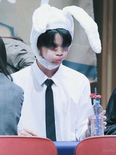 why does he look like a llama? Cute Faces, Funny Faces, Jinyoung, Kpop Wallpaper, Bae, Hair Color Streaks, Park Bo Young, Ong Seongwoo, Lee Daehwi
