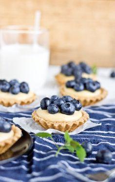 Babeczki z kremem pâtissière i borówkami Waffles, Cereal, Food And Drink, Cooking Recipes, Cupcakes, Cookies, Breakfast, Pies, Kuchen