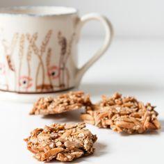 Ich kenne kaum ein Keks-Rezept, das so gut schmeckt, und einfach zu zubereiten ist. Der Hauptbestandteil sind Nüsse und Kerne. Gesüßt wird ohne Zucker