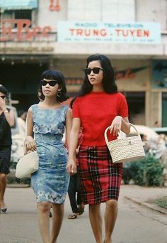 Fashionistas of Saigon: These Vintage Photos Capture Vietnamese Women's Street Style That Will Make You Go Wow! 1960s Fashion, Asian Fashion, Fashion Beauty, Vintage Fashion, Womens Fashion, Moda Vintage, Vintage Mode, Retro Vintage, Vintage Style