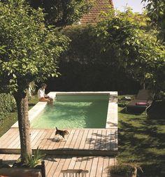 Parfaite pour profiter des joies de la baignade, même dans un petit jardin, cette piscine (L 6 x l 3 m) a été réalisée en béton avec un liner couleur sable. Margelle en pierres naturelles et plage en teck. 11 308 euros, Desjoyaux. En savoir plus sur http://www.cotemaison.fr/piscine-spa/piscine-des-mini-bassins-tendance_24919.html#GxUBtV8F0RkzKGPr.99
