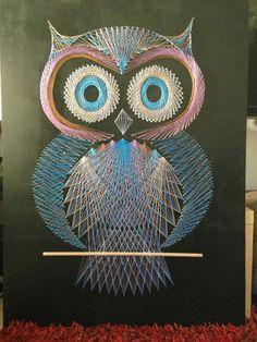 eine Eule in drei Farben, String Art Bild, das ganz gruselig wirkt, große Augen von der Eule