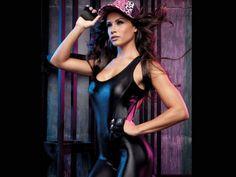 Fernanda D'Avila exibe cinturinha fina em ensaio de moda; veja os cliques!