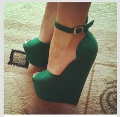 Emerald Green Wedges by Jimmy Choo.These wedges scream i am a bad ! Wedge Shoes, Shoes Heels, Pumps, Cute Shoes, Me Too Shoes, Pretty Shoes, Green Wedges, Green Heels, Green Sandals