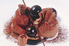 Gelato al cioccolato croccante in salsa fondente