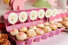 18 Creative Ways to Package Your Cupcakes via Brit + Co. Mini cupcakes in an egg carton? You could bake them in those tiny paper ketchup cups. Cupcake Display, Cupcake Boxes, Cupcake Cookies, Cupcake Ideas, Cupcake Toppers, Candy Cookies, Sugar Cookies, Love Cupcakes, Easter Cupcakes