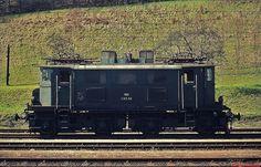 Auf diesem Foto der 1145.04 sind die beiden unterschiedlichen Stirnfronten der Lok gut zu erkennen (Bahnhof Kindberg im Juni 1974)