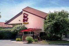 Red Roof Inn PLUS+ West Springfield West Springfield (Massachusetts) Located just 1 mile off Interstate 91, this hotel features free Wi-Fi access. Coffee and tea are available in the lobby. Six Flags New England Amusement Park is 15 minutes' drive away.