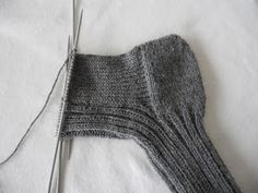Strikkeoppskrift for dummies: raggsokker/ullsokker – Mellom himmelen og havet Chrochet, Knit Crochet, Knit Picks, Knitting Socks, Knitting Projects, Handicraft, Mittens, Needlework, Diy And Crafts