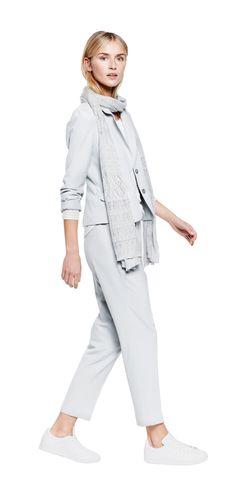 Outfit Easy Business Look van OPUS Fashion: grijze sjaal, grijze pantalon en grijze korte blazer
