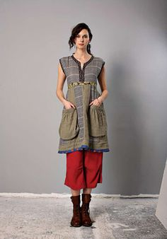 ah, everything cool about this dress. Th pockets, the colours, the fit, and the contrasting pants beneath it.
