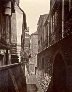 1880's photo of the tired wooden framed 17th century rookery hidden behind Bartholomew's.. London
