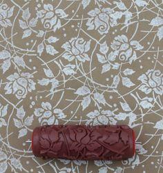 Modelado rodillo de pintura en Sweet mar Roses Diseño pared plantilla decoración