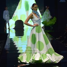 Con faldas y a lo loco · Moda Flamenca por Claudia Alfaro by Entre Cirios y Volantes