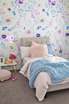 Una pared floral para Olivia. Papel pintado de flores grandes, estampado encantador de gran formato, romántico, femenino, perfecto para niñas.