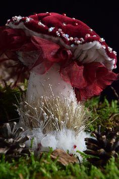 Autre magnifique champignon Mushroom Crafts, Mushroom Art, Mushroom Fungi, Sculpture Textile, Soft Sculpture, Diy And Crafts, Arts And Crafts, Velvet Pumpkins, Textiles