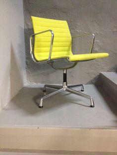 Vitra EA 104 Dining Aluchair in gelb lindgrün bringt endlich Farbe an den Esstisch oder im Büro  #eames #eameschair