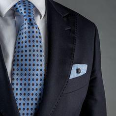 Pochette Uomo Eyelet Milano, Ebony Limited Edition. Tessuto di lino azzurro, bottone di ebano. Fatto a mano in Italia. #eyeletmilano #madeinitaly #pocketsquares