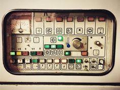 Jeden z mnoha důkazů, proč miluju @ceskedrahy 🚉 , zelená tlačítka, červené čudlíky, kovové páčky a grafický design. -gt- One of the many proofs of why I 🖤Czech Railways, green buttons, red poles, metal levers and graphic design completely. ➗ #infographic #control #panel #inka